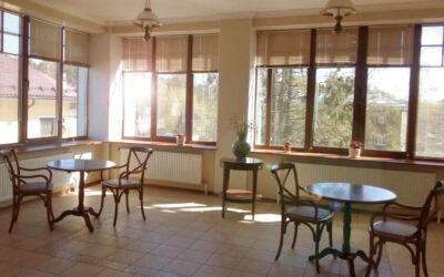 """Зал для приема пищи и зона для занятий филиал Лисий нос, пансионат для пожилых людей """"Домашний Уют"""""""