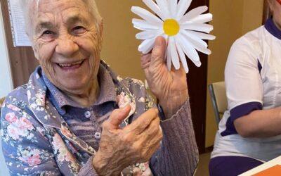 Занятия аппликацией для больных с деменцией в пансионате Домашний Уют в СПб