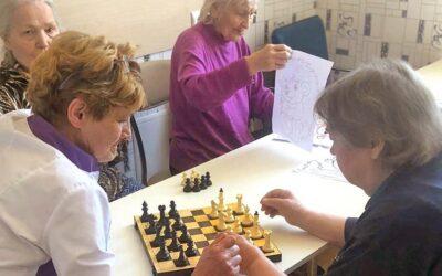 Шахматы для больных с деменцией в пансионате Домашний Уют в СПб