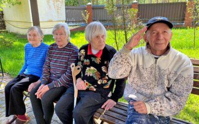Ежедневные прогулки для больных с деменцией в пансионате Домашний Уют в СПб