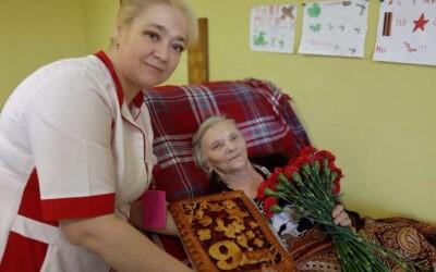 Праздники для лежачих пожилых людей в пансионате Домашний Уют в Санкт-Петербурге