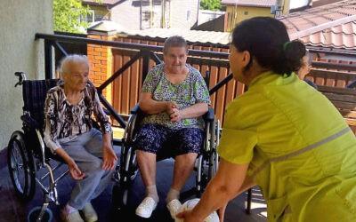 Игры на свежем воздухе для лежачих пожилых людей в пансионате Домашний Уют в Санкт-Петербурге